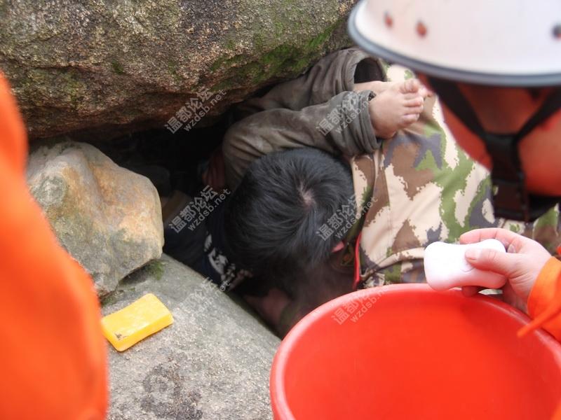 龙湾庄泉公园一6岁小男孩儿玩耍时不慎卡进石缝