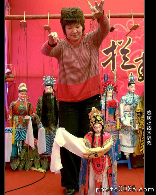 一般泰顺民间提线木偶戏班由7至10人组成